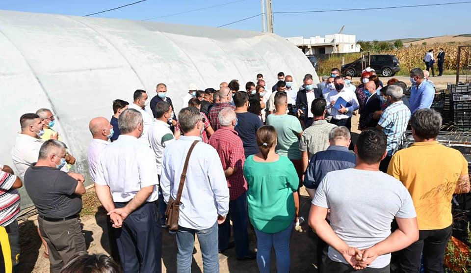 Ministrul agriculturii printre legumicultorii din comuna Ișalnița; despre desfacerea produselor în piață și susținerea fermei de familie; stiri agricole