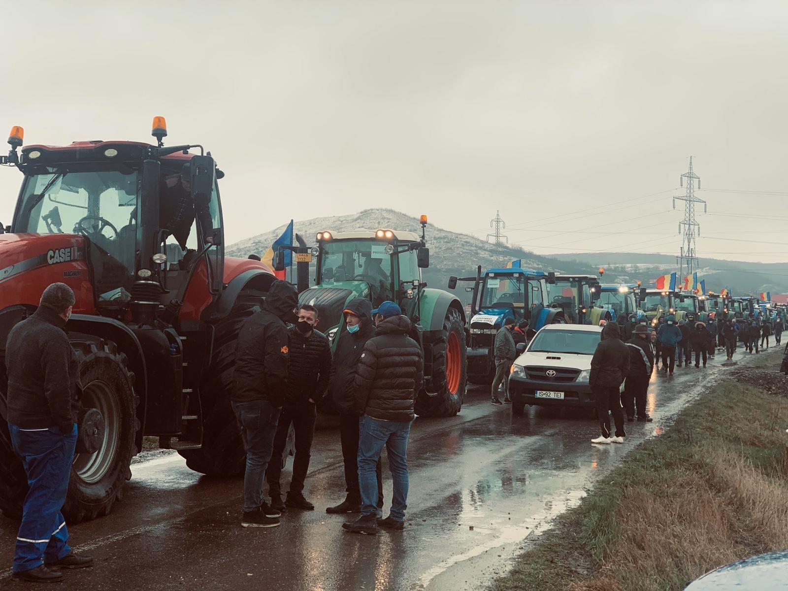 Fermierii ieșeni au mobilizat peste 50 de tractoare la protest. Protestul cu tractoare se extinde și în Constanța. Stiri agricole